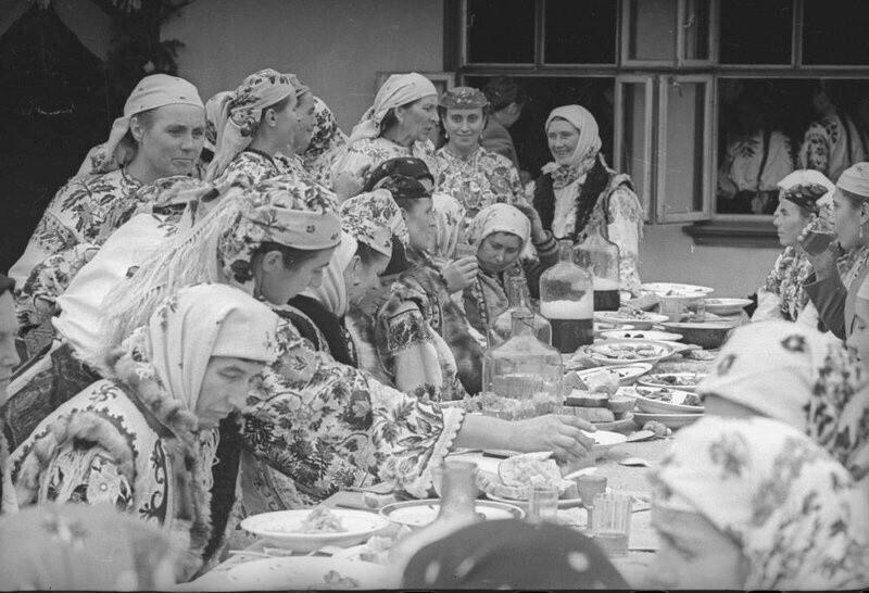 За свадебным столом. Черновицкая область, Украинская ССР, 1960 год. Автор фото: Всеволод Тарасевич