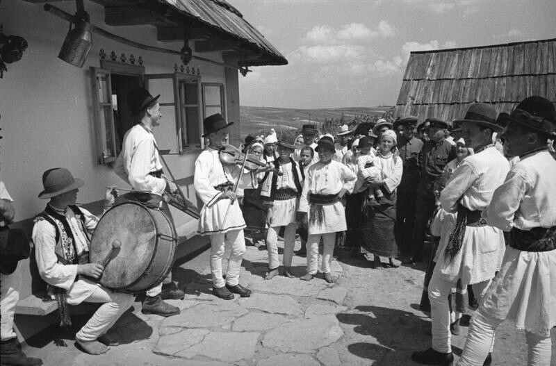 Свадебный оркестр. Деревня Михальцы, Северная Буковина, Молдавская ССР, 1940. Автор фото: Георгий Петрусов