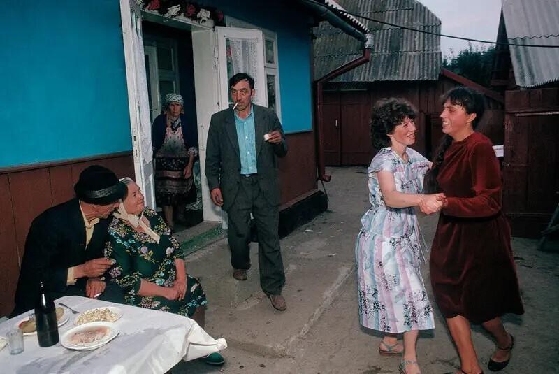 Деревенская свадьба. Село Черешенка, под Черновцами, Украина, 1988. Автор фото: Бруно Барби