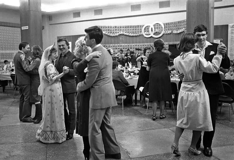 """""""Показательная"""" безалкогольная свадьба. Челябинск, 4 января 1986 года. Автор фото: Борис Клипиницер"""