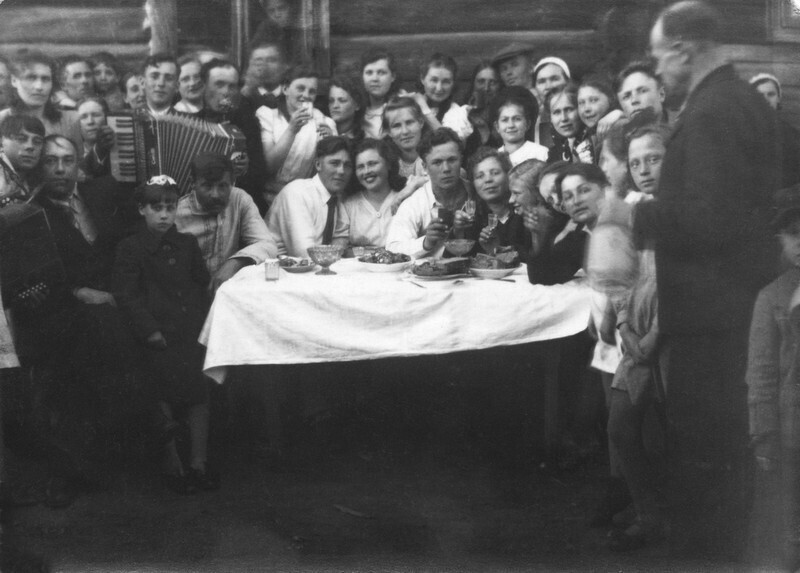 Свадьба в деревне. Псковская обл., Порховский р-н, д. Житово, 1 июня 1946 года. Автор неизвестен. Фотография из архива Ольги Павловны Карелиной