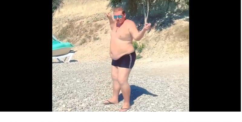 Беззастенчивые танцы: в Сочи пухленький турист зажёг на пляже