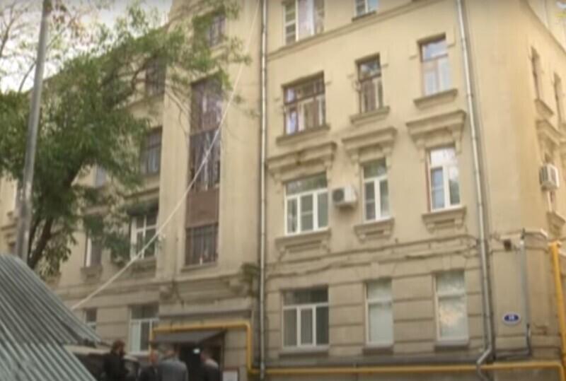 Как гром среди ясного неба: в столице на девушку с потолка упал строитель