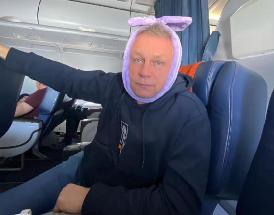 """""""Хочу выразить благодарность всему экипажу"""": Жигунову во время полета стюардесса удалила зуб"""