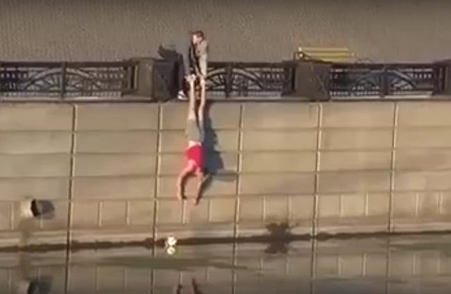 Необычная попытка вытащить мяч из реки попала на видео