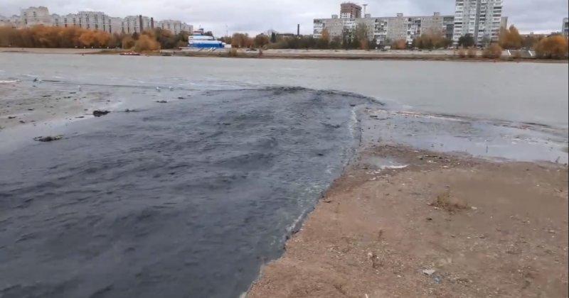 В Омске появилась черная река: местные жители напуганы