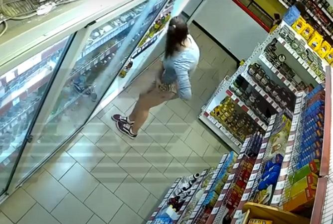 Молодая воровка прячет «покупки» в облегающем платье: видео