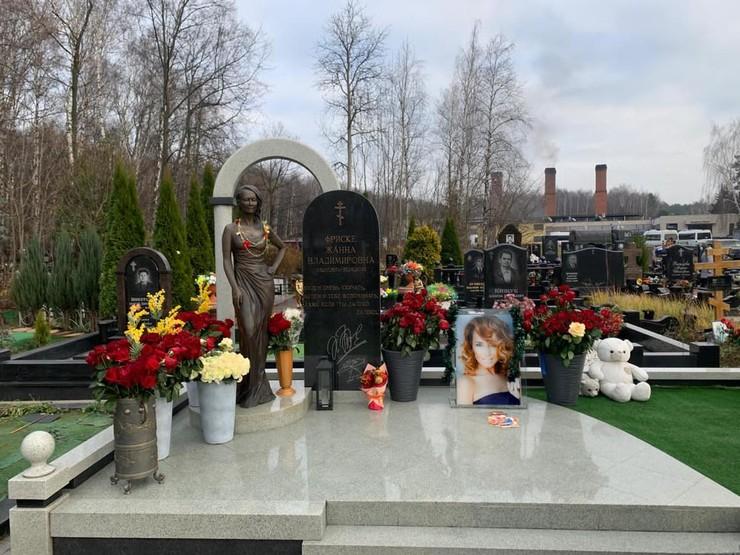 Могилу Жанны Фриске украсили к Новому году: поклонники певицы возмущены