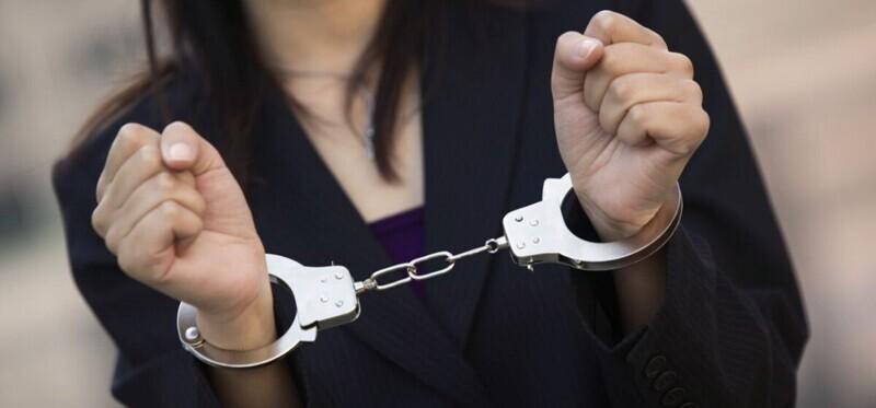 В Екатеринбурге женщина-полицейский брала взятки ради оплаты коммуналки