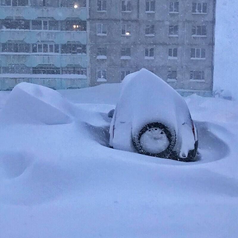 Жители Норильска пытаются откопать свои машины