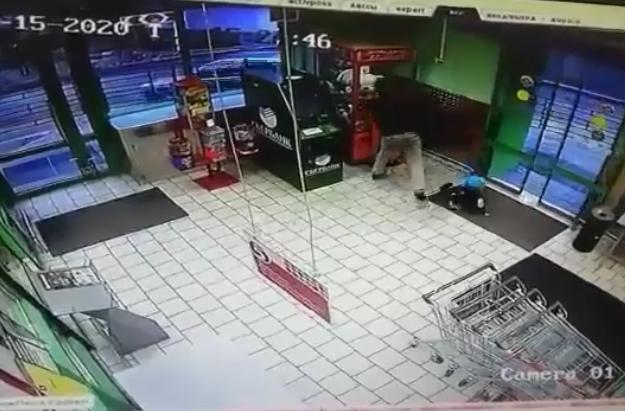 Россиянин разбил автомат, чтобы достать игрушки своему ребенку