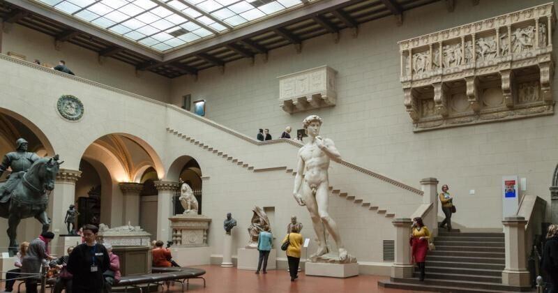 Феминистки получили травмы при попытке кастрировать статую «Давида»