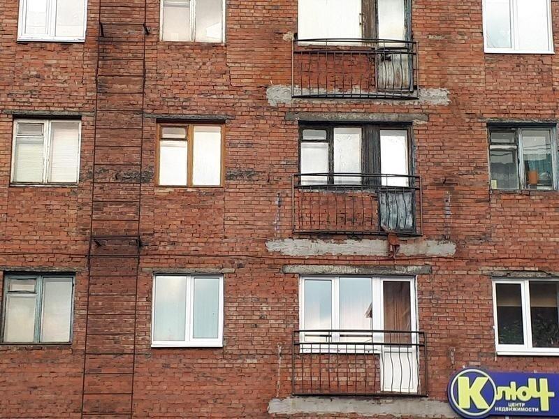 Нет, конечно, в Норильске много домов подобного типа с балконами, но сегодня многие из них (балконов) просто срезают, оставляя лишь маленькое металлическое ограждение, но не плиту