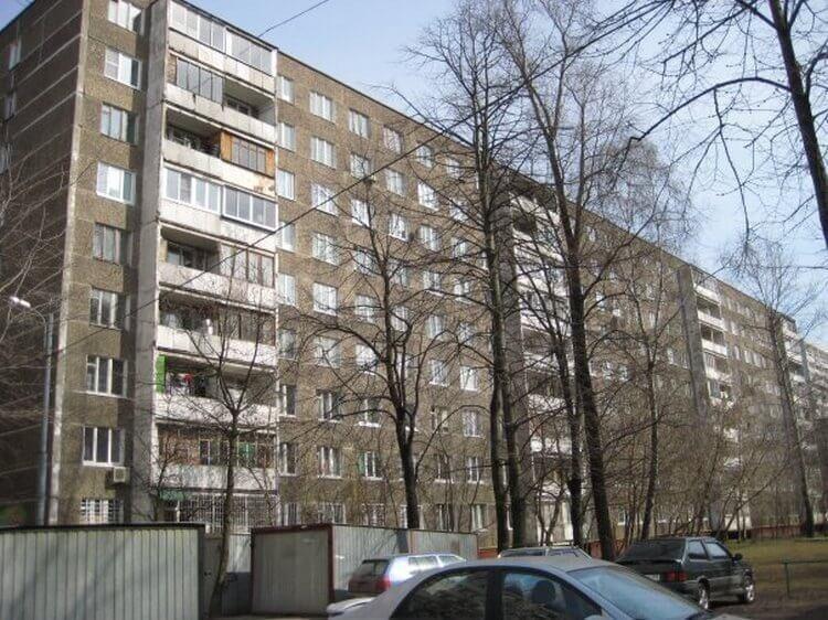 Кстати девятиэтажки в Норильске строили-таки с балконами. наверно упавший балкон с пятого этажа страшнее, чем с девятого. Шутка.