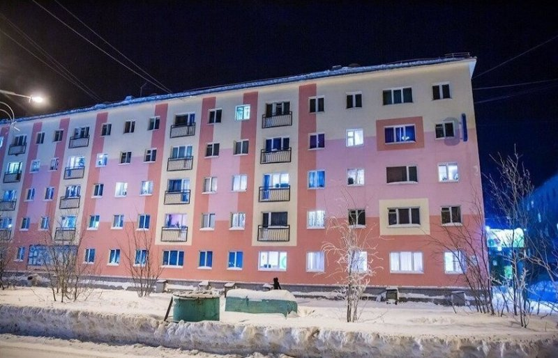 Так, в центральной части города, некоторые дома во время капитальной реконструкции получили таки свои балконы, только не выступающие, а имитирующие - решетка без выхода за дверь