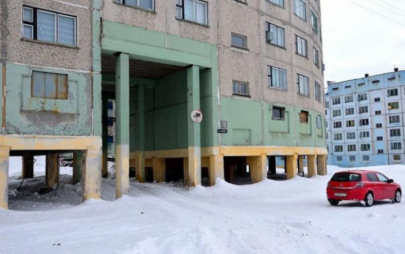 А еще в Норильске есть множество домов, построенных на сваях. Это делалось для сохранения вечной мерзлоты, удешевления и упрощения строительства, а также для сохранения домов из-за подвижек грунта, а точнее льда