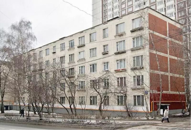 Дома 464-й серии (самые распространённые в России советские панельные хрущёвки-пятиэтажки), однако здесь их строили чаще всего без балконов