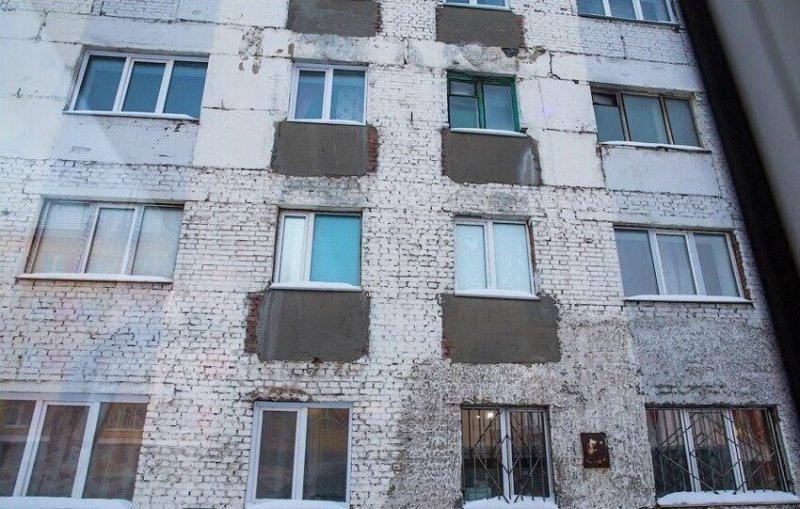 Поэтому сегодня многие, даже уже построенные вопреки чаяниям строителей балконы срезаются, дабы избежать их падения на головы граждан