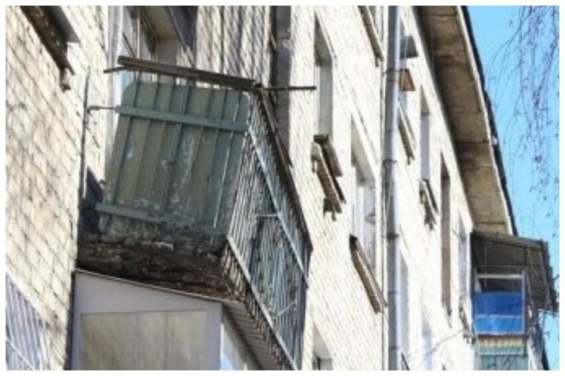 Дело в том, что природа, а точнее погода Норильска (мороз, сильные ветра, снег) оказывает пагубное влияние на все вокруг, включая балконы и способствуют очень быстрому их разрушению, и угрозе обрушения