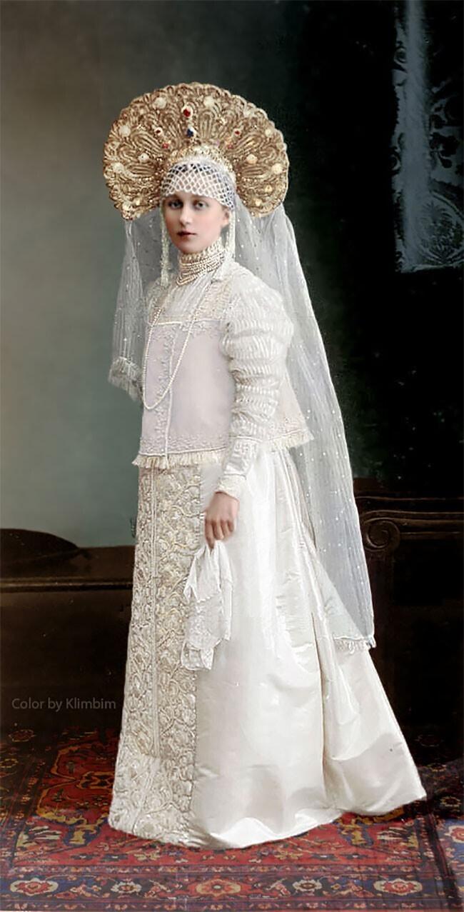 Одна из участниц костюмированного бала 1903 года