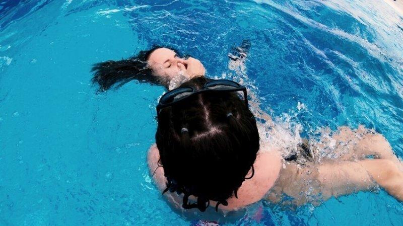 Родителям на заметку: фильтр в бассейне едва не утопил девочку