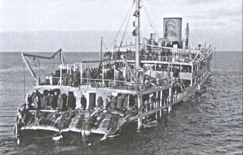 Турбоэлектроход «Иосиф Сталин», подорвавшийся на мине. Снимок с немецкого или финского катера
