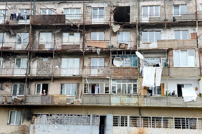11. Часто целые семьи оказываются в безвыходном положении: уехать люди не могут, потому что некуда, продать жилье - тоже
