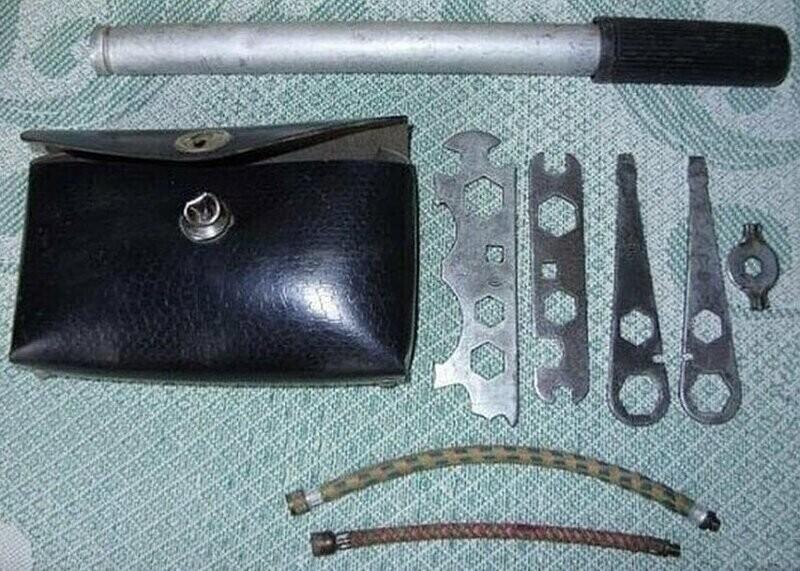 Такие наборы инструментов были у всех велосипедистов.