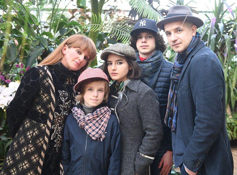 Егор Дружинин с женой Вероникой и детьми