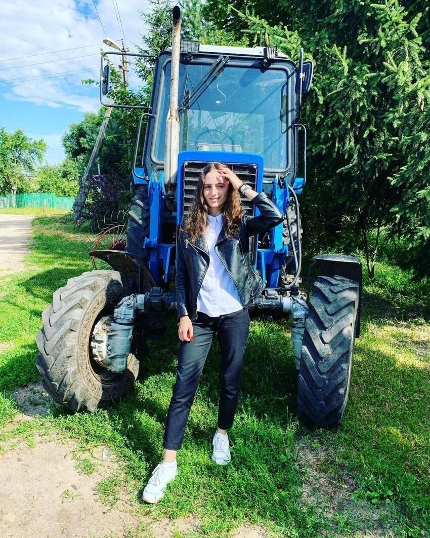 Инстадивы облюбовали трактор в качестве места для фотосессий