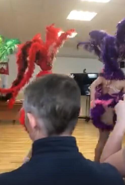 Чиновницы мэрии подарили коллегам карнавал с полуголыми девицами
