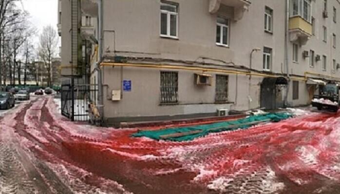 Москвичей озадачил «кровавый» снег
