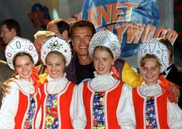 """Арнольд Шварценеггер на открытии ресторана """"Планета Голливуд"""" в Москве, 1996 год"""