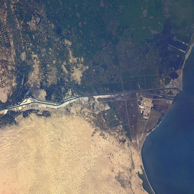 Как с борта МКС выглядит застрявший в Суэцком канале корабль