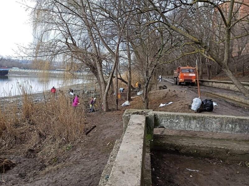Обмелевшее водохранилище обнажило тонны мусора