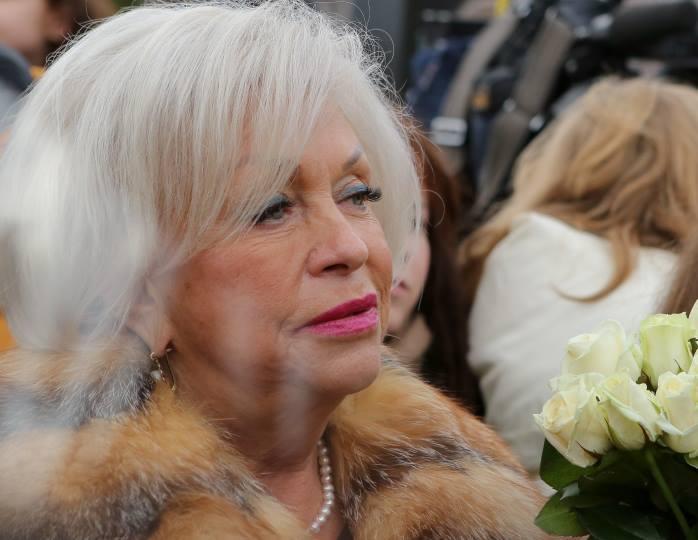 Вдова  Караченцова снова пожаловалась на безденежье