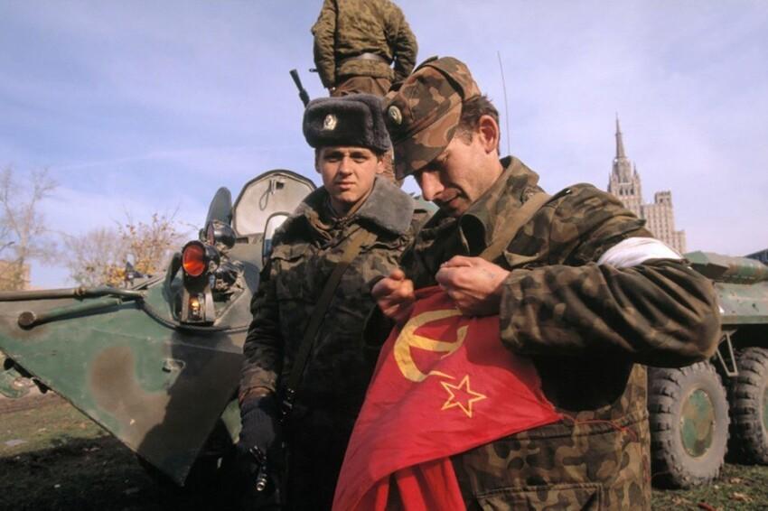 Офицер разрывает флаг СССР, 1993 год