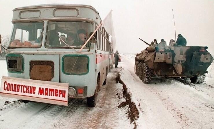 Автобус с матерями солдат по дороге в Грозный. 1996 год