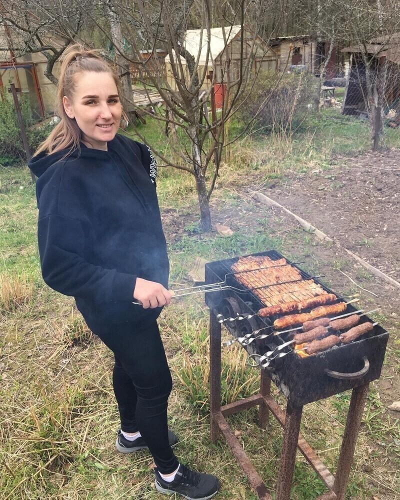 Аппетитный шашлык, который приготовили очаровательные россиянки