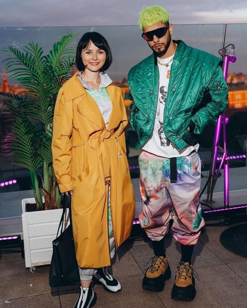 Блогер (справа) - протеже Насти Ивлеевой
