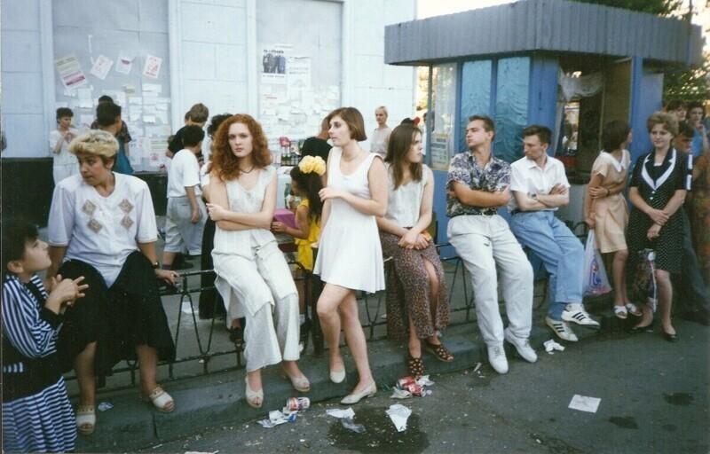 Люди в очереди на маршрутное такси, Россия, Новочеркасск, 1990-е годы