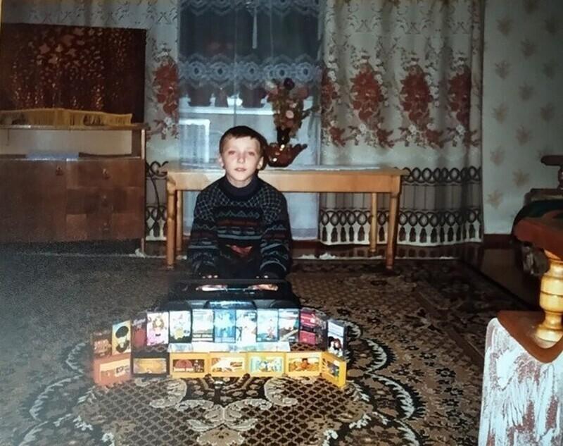 Парень хвастается своей коллекцией картриджей на «DENDY» и аудиокассет, Россия, 1990-е годы