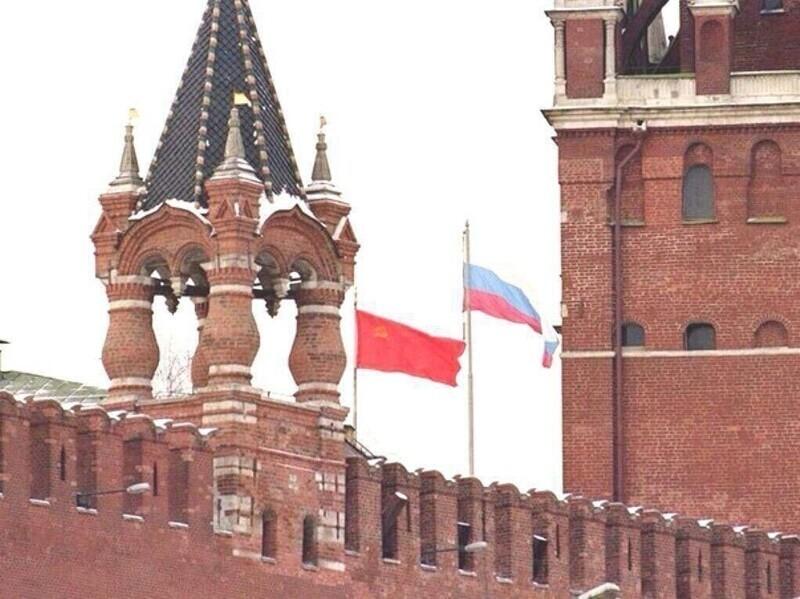 Над кремлём спускают флаг Советского союза и поднимают флаг России. 25 декабря 1991 года
