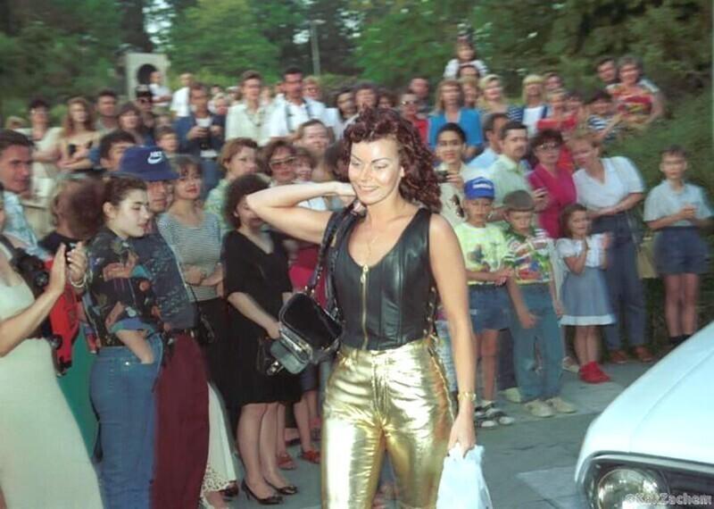 Исполнительница хита «Девочка-ночь» Лада Дэнс после концерта в одном из городов России, 1995 год