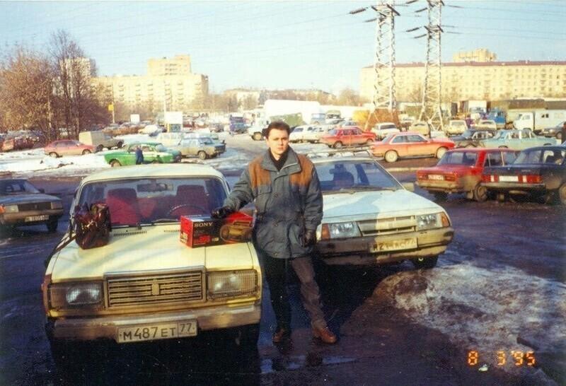 """Мужчина с кассетным магнитофоном """"Sony"""", Россия, 1995 год"""