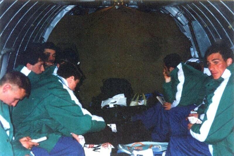 """Футболисты """"Рубина"""" возвращаются в Казань с зимних сборов в 1997 году. На грузовом самолете. В качестве досуга - карты и тетрис"""