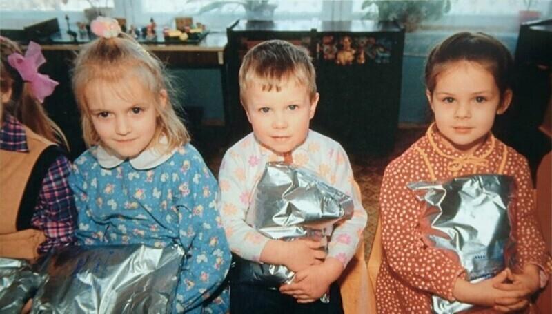 Раздача гуманитарной помощи в детском саду, 1992 год