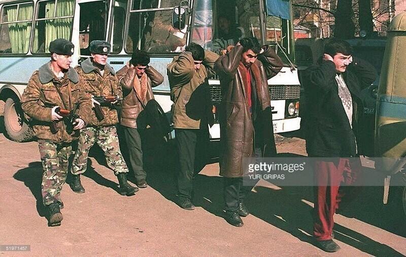 Сотрудники ОМОН задержали группу кавказцев, подозреваемых в разбойном нападении на Бауманский рынок в центре Москвы, Март, 1995 года