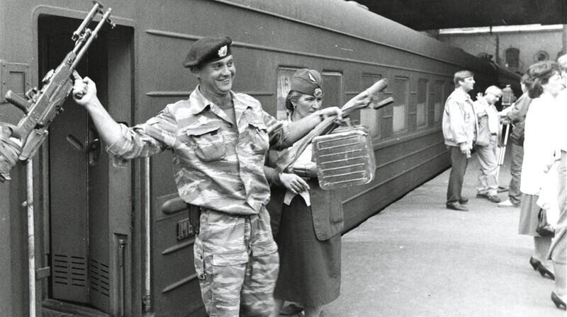 Возвращение солдат с чеченской войны, Москва, Казанский вокзал, 1996 год