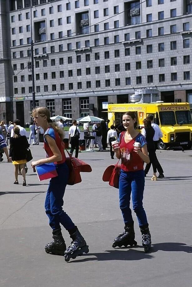 Девушки на роликах предлагают табачную продукцию фирмы «Pall Mall», Россия, Москва, 1998 год